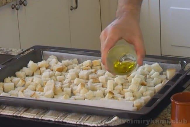 Рецепт томатного супа гаспачо предусматривает также приготовление маленьких гренок из белого хлеба или батона.