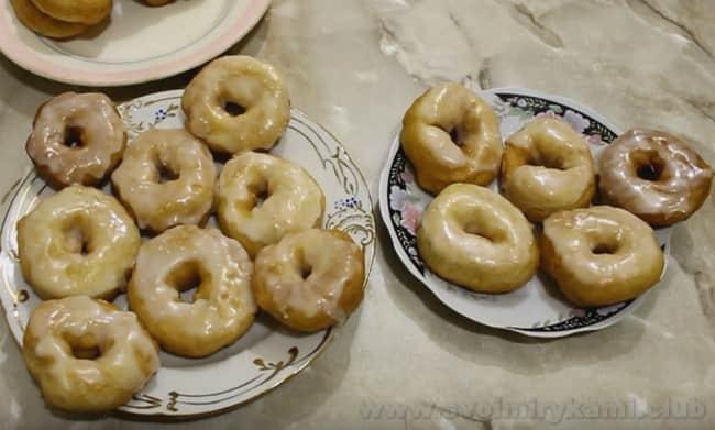 Пончики на сгущенке с глазурью выглядят очень красиво!