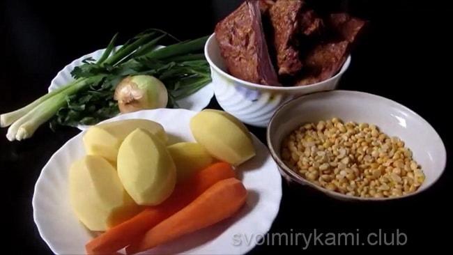 Необходимые продукты для приготовления горохового супв с копчеными ребрышками.
