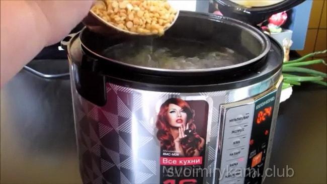 Для приготовления гороховоо супа в мультиварке варим горох.