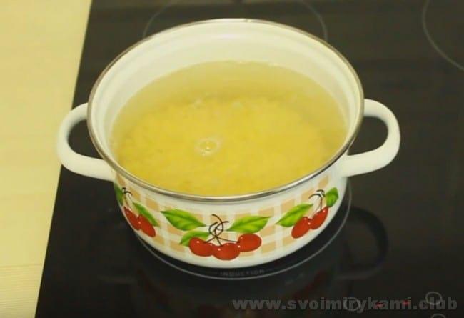 Гороховый суп с копченой курицей готовится почти так же, как со свежей.
