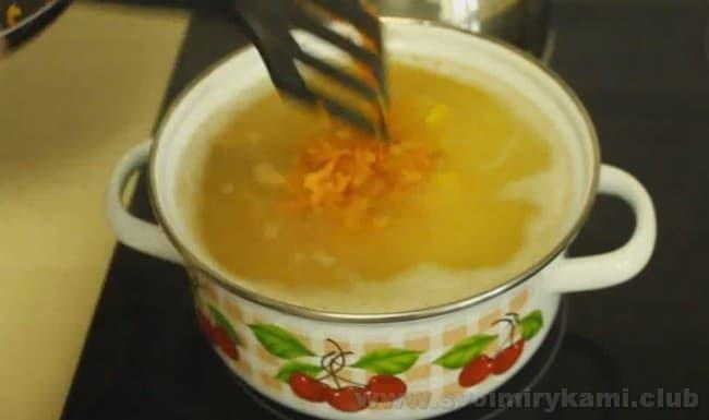В гороховый суп с копченой курицей можно добавить маслины.