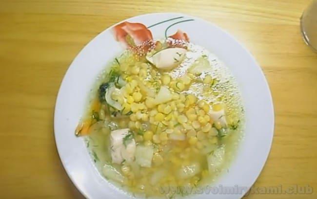 Подавайте гороовый суп с курицей с зеленью.