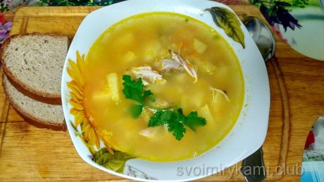Готовый гороховый суп с курицей.