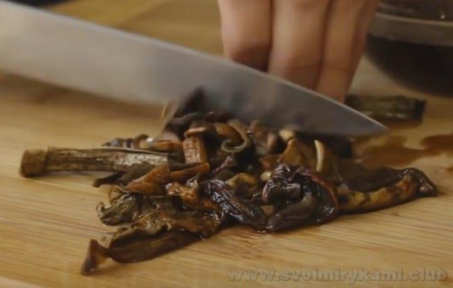 Чтобы приготовить грибной паштет, можно брать и свежие лесные, и сушеные грибы.