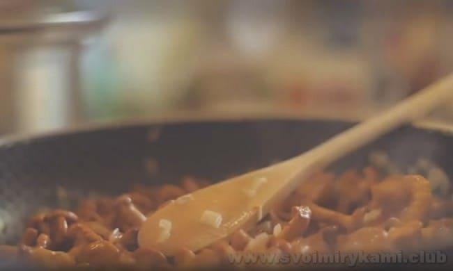 Грибной крем-суп - это настолько изысканное блюдо, что им можно смело угощать гостей.
