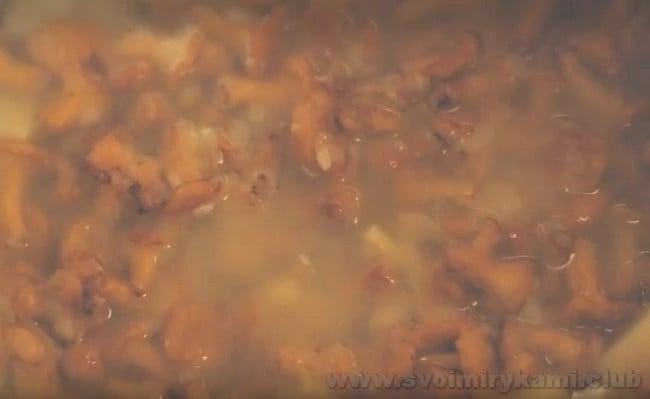 По этому рецепту можно также приготовить грибной крем-суп в мультиварке.
