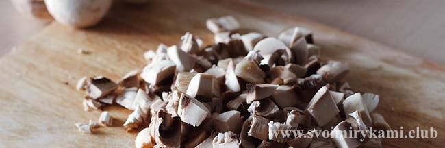 Нарезаем грибы для грибного супа с перловкой