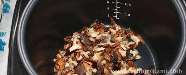 Кладем грибы в мультиварку для грибного супа в мультиварке