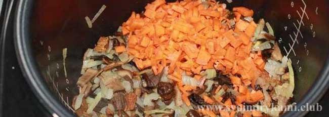 Добавляем морковь для грибного супа в мультиварке