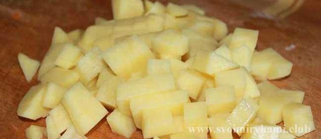 Картофель режем кубиками для грибного супа в мультиварке