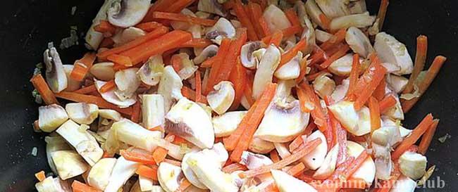 Добавляем шампиньоны для грибного супа в мультиварке
