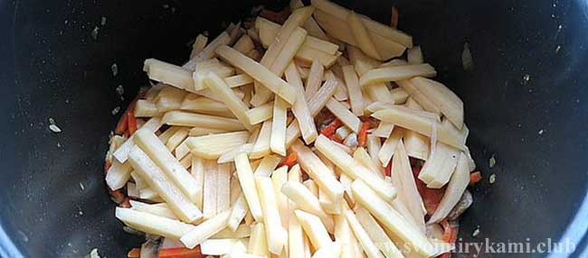 Нарезаем картофель соломкой для грибного супа в мультиварке