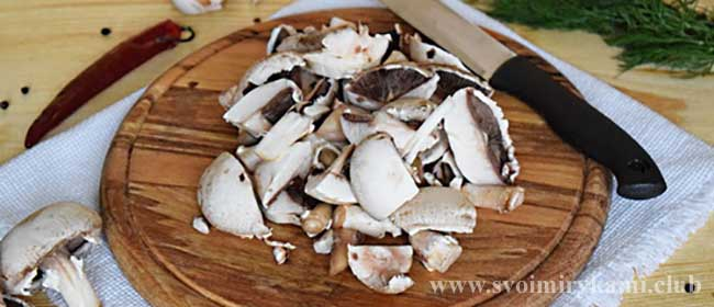 Режем грибы для грибного супа в мультиварке