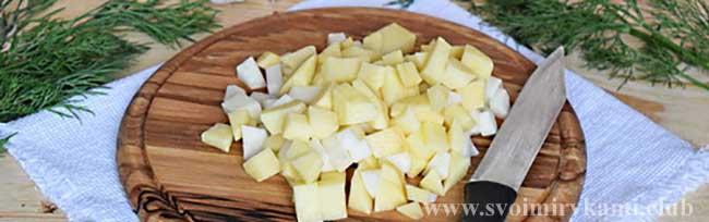 Режем кубиками картофель для грибного супа в мультиварке