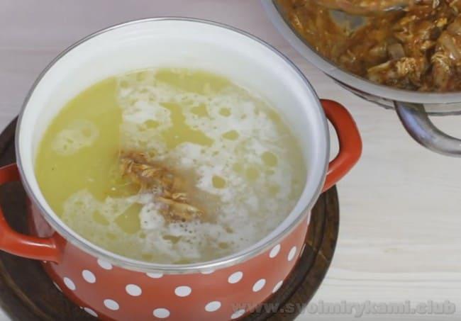 Зажарка добавляется в суп харчо с курицей под конец приготовления.