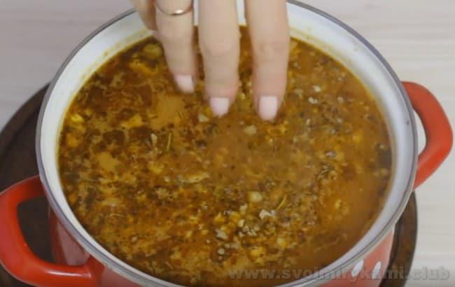 оригинальным суп харчо с курицей делают измельченные орехи.