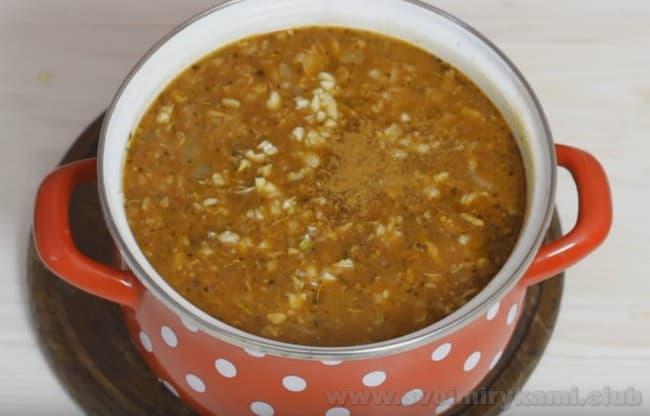 При надобности добавьте в суп харчо с курицей пряности по вкусу.