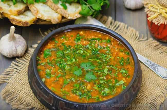 Подавайте суп харчо с курицей со свежей зеленью.