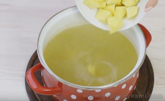 При желании в суп харчо с курицей можно добавить картофель.