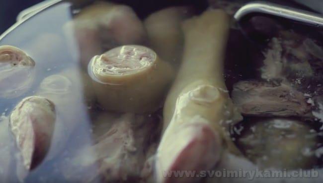 Хаш можно варить из говяжьих или свиных ножек.