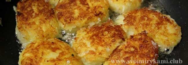 Обжариваем котлеты с сыром