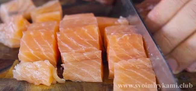 Нарезаем рыбное филе для классической рыбной солянки