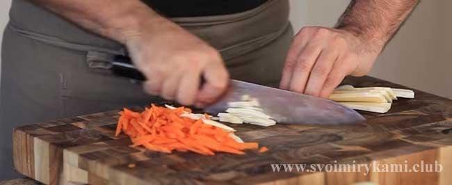 Нарезаем морковь и корень петрушки для классической рыбной солянки