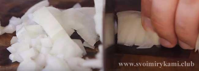 Нарезаем лук для классической рыбной солянки