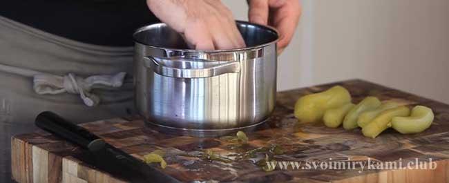Чистим соленные огурцы для классической рыбной солянки