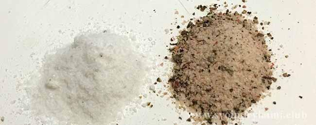 Добавляем соль и перец для котлет без яиц