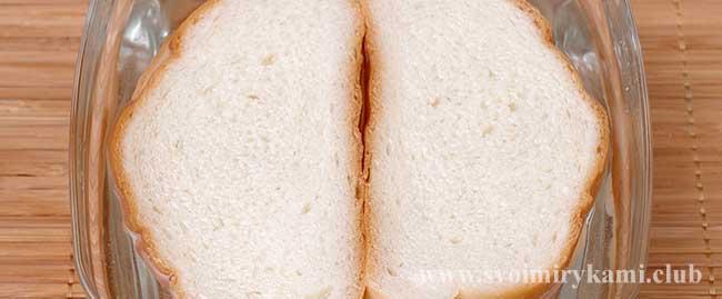 Замачиваем хлеб в воде для котлет из говядины