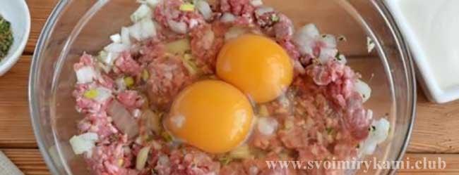 Добавляем яйцо в фарш для котлет из говядины в духовке