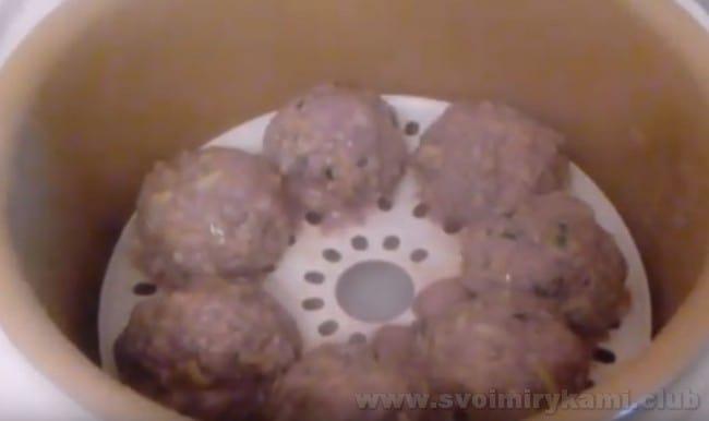 Котлеты из мяса и кабачков можно готовить в пароварке.