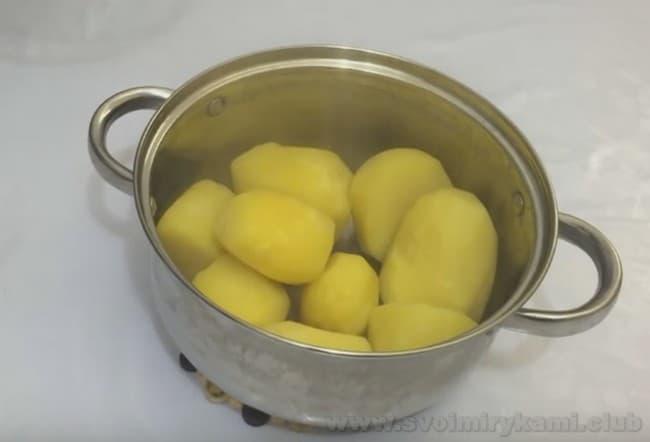 Мясные котлеты с кабачком по рецепту можно готовить даже с картофелем.