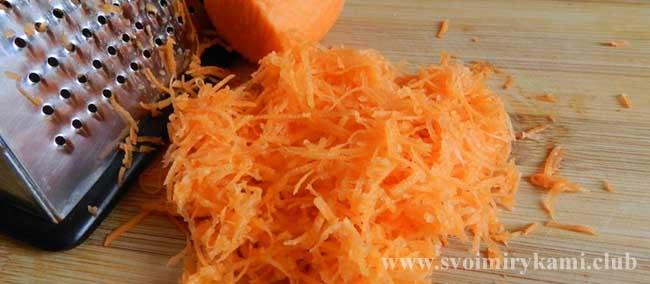 Трем морковь для котлет из цветной капусты