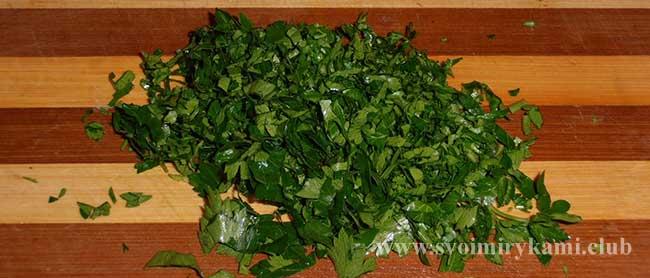 Нарезаем зелень для котлет из цветной капусты