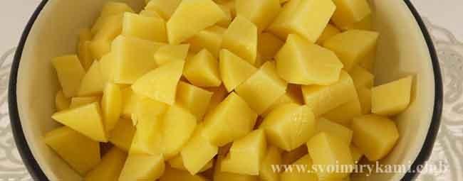 Нарезаем картофель для куриного супа с рисом