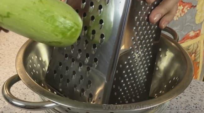 Приготовленные по этому рецепту, куриные котлеты с кабачком можно запекать в духовке.