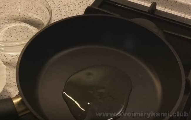 Котлеты из куриного филе с кабачками можно жарить на сковороде или в духовке.