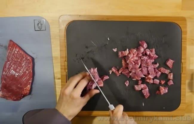 Попробуйте приготовить сытный и ароматный лагман из баранины в домашних условиях.