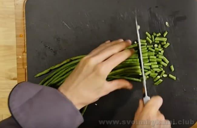 В лагман из баранины добавляем спаржу и стручковую фасоль.