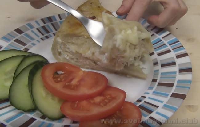 Подавайте ленивую ачму, приготовленную из лаваша в мультиварке, с овощами и зеленью.