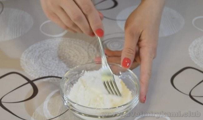 Чтобы приготовить муссовые пирожные, используйте кукурузный крахмал.