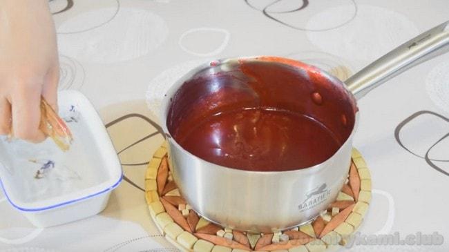 Чтобы муссовые пирожные застыли, добавьте в них желатин.
