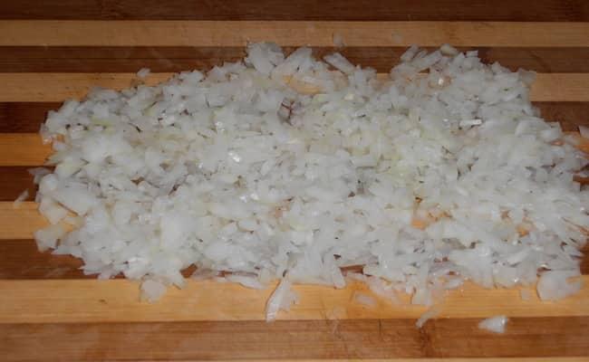 Мелко нарезаем лук что бы потом добавить в салат нежность с яблоком.