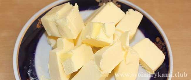 Нарезаем масло сливочное для молочного супа с рисом