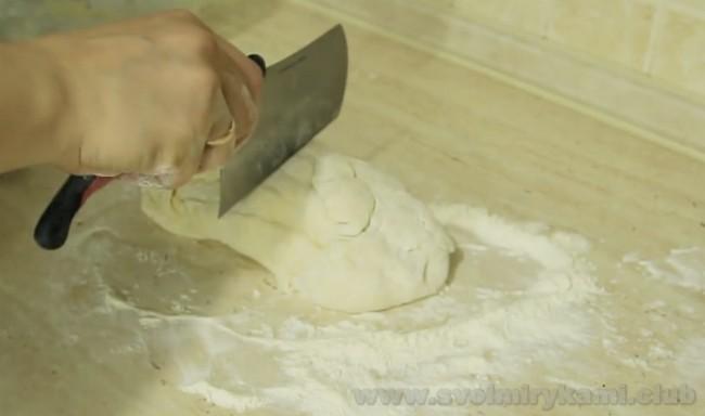 Замешенного теста хватит на два осетинских пирога с мясом.