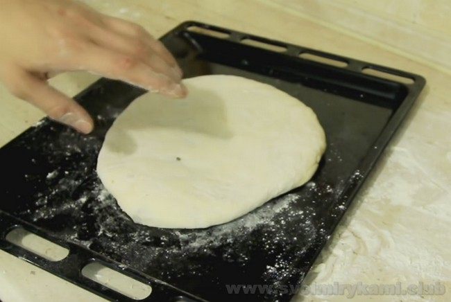 Перед выпечкой посередине осетинского пирога с мясом сделайте посередине его небольшую дырочку для выхода пара.