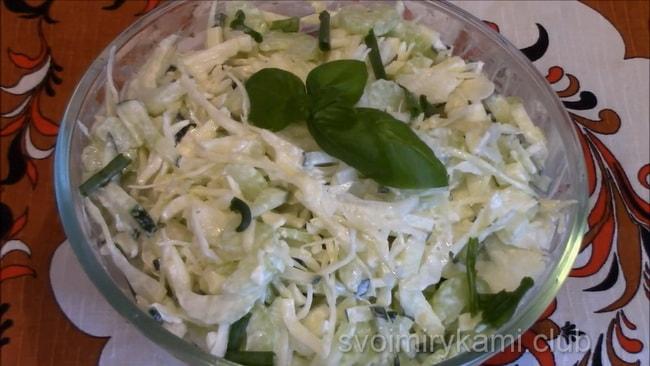 Готовый овощной салат с сельдереем.
